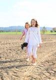 Ungar - flickor som går på fält Royaltyfria Bilder