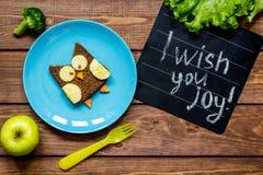 Ungar formade smörgåsen för frukosten som ugglan har mig, önskar dig glädje Arkivbilder