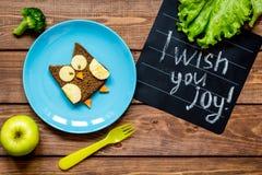 Ungar formade smörgåsen för frukosten som ugglan har mig, önskar dig glädje Fotografering för Bildbyråer