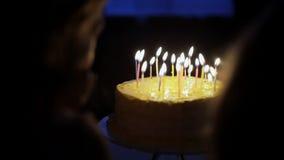 Ungar gör en önska på födelsedag lager videofilmer