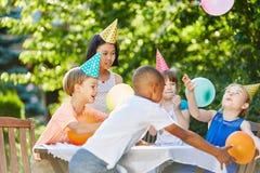 Ungar har gyckel på barns födelsedagpartiet arkivfoto