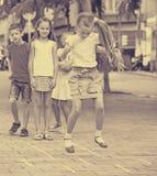 Ungar, i att hoppa hage för grundskolaålder Arkivbild