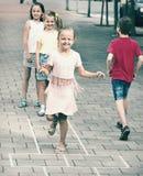 Ungar, i att hoppa hage för grundskolaålder Arkivfoton