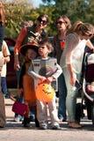 Ungar i dräkter får ordnar till för Halloween ståtar Arkivbilder