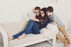 Ungar i exponeringsglas med minnestavlan, datorböjelse Royaltyfria Bilder