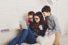Ungar i exponeringsglas med minnestavlan, datorböjelse Arkivfoto