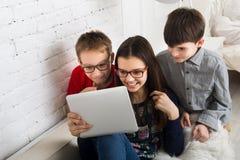 Ungar i exponeringsglas med minnestavlan, datorböjelse Arkivbild