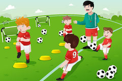 Ungar i fotbollövning Royaltyfri Foto