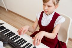 Ungar i musikalisk skola Fotografering för Bildbyråer