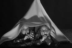 Ungar i pyjamas som täckas med filtshow, hyssjar tecknet Royaltyfria Bilder