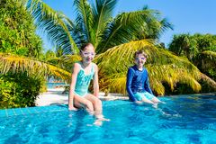 Ungar i simbassäng royaltyfri bild