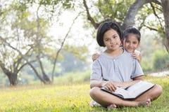Ungar läser Fotografering för Bildbyråer