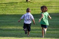 ungar little som kör Royaltyfri Fotografi