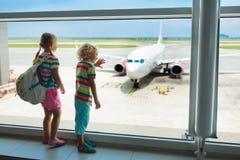 Ungar lopp och fluga Barn på flygplanet i flygplats arkivbilder