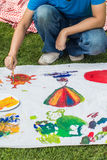 Ungar målar färgrik konst Royaltyfria Bilder