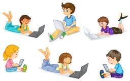 Ungar med bärbar dator stock illustrationer