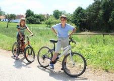Ungar med cyklar Royaltyfria Bilder