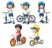 Ungar med deras cyklar Fotografering för Bildbyråer