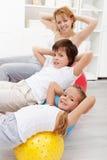 Ungar med deras fostrar att göra som är gymnastiskt, övar Royaltyfri Bild