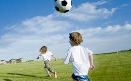Ungar med fotboll klumpa ihop sig Royaltyfri Bild