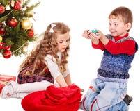Ungar med gåvaasken och sött. Arkivbild