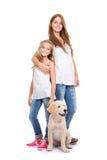 Ungar med guld- labrador, apportörvalp arkivfoto