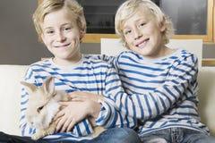 Ungar med hemmastadd kanin Arkivfoto