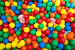 Ungar med kulöra bollar Arkivfoto