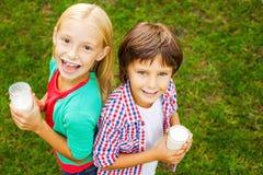 Ungar med mjölkar mustascher Fotografering för Bildbyråer