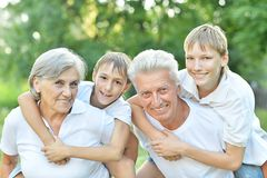 Ungar med morföräldrar Royaltyfri Fotografi