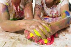 Ungar med smutsig målarfärg Arkivbild