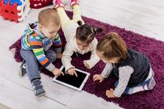 Ungar med tableten Arkivbilder