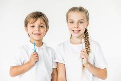 Ungar med tandborstar Arkivfoto