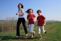 ungar mother running Royaltyfria Foton