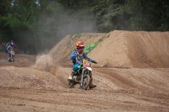 Ungar motocross fixerar att springa Thailand 2015 Royaltyfria Foton