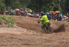 Ungar motocross fixerar att springa Thailand 2015 Arkivbild