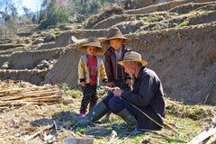 Ungar och deras morfar i terrassfältet Royaltyfri Fotografi