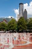 Ungar och familjer tycker om att spela i den Atlanta hundraårsjubileet parkerar springbrunnen Arkivbilder