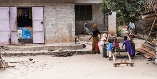 Ungar och kvinnor av zanzibar som tillsammans spelar Fotografering för Bildbyråer