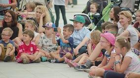 Ungar och mödrar som håller ögonen på gatakapacitet royaltyfria bilder