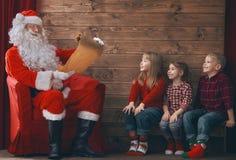 Ungar och Santa Claus Royaltyfria Bilder