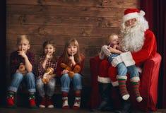 Ungar och Santa Claus Royaltyfri Bild