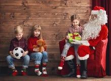 Ungar och Santa Claus Fotografering för Bildbyråer