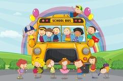 Ungar och skolbuss Royaltyfri Bild