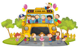 Ungar och skolbuss Arkivbild