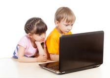 Ungar på bärbara datorn arkivbild