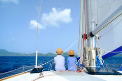 Ungar på den lyxiga yachten Royaltyfri Bild