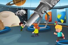Ungar på en fälttur till en planetarium royaltyfri illustrationer