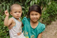 Ungar på gatorna av den vietnamesiska byn Royaltyfri Fotografi