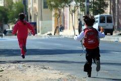 Ungar på gatorna av Ramallah Arkivbilder